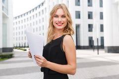 Jeune femme de sourire d'affaires avec les cheveux blonds et le rouge à lèvres rouge Photographie stock libre de droits