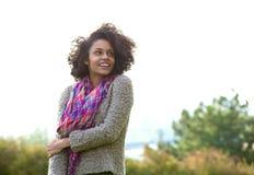 Jeune femme de sourire d'afro-américain se tenant dehors Image stock