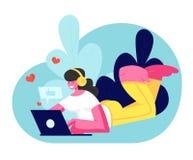 Jeune femme de sourire dans des écouteurs se trouvant sur le plancher avec l'ordinateur portable communiquant dans les réseaux so illustration de vecteur