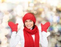 Jeune femme de sourire dans des vêtements de l'hiver images stock