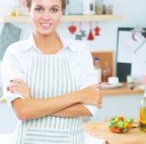 Jeune femme de sourire dans la cuisine Photos stock