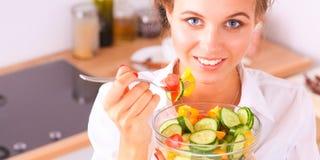 Jeune femme de sourire dans la cuisine Photo stock