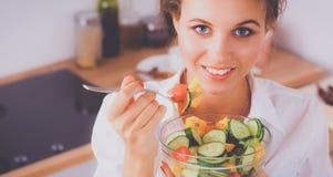 Jeune femme de sourire dans la cuisine Photographie stock libre de droits