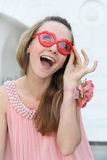 Jeune femme de sourire dans la robe rose Photographie stock