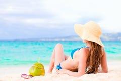Jeune femme de sourire dans le chapeau de paille avec la noix de coco en fonction Images stock