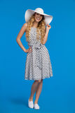 Jeune femme de sourire dans le chapeau, la robe et des espadrilles blancs de Sun Image libre de droits