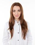 Jeune femme de sourire dans un manteau médical blanc Images libres de droits