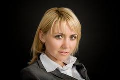 Jeune femme de sourire dans un procès d'affaires photographie stock