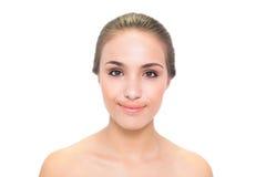 Jeune femme de sourire de brune regardant l'appareil-photo Image libre de droits