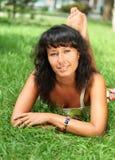 Jeune femme de sourire de brunette Image stock