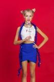 Jeune femme de sourire de charme dans la jupe bleue en verre drôles avec le bl Images stock