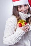 Jeune femme de sourire de Noël avec le chapeau de Santa photos stock