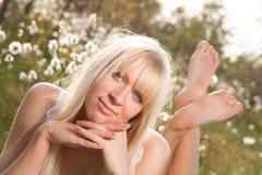 Jeune femme de sourire en nature photographie stock libre de droits