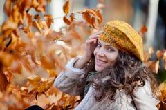 Jeune femme de sourire extérieure en automne Photo libre de droits