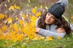 Jeune femme de sourire extérieure en automne Photos stock