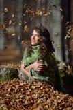 Jeune femme de sourire extérieure en automne Photographie stock libre de droits