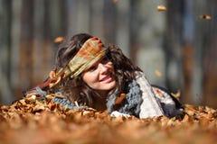 Jeune femme de sourire extérieure en automne Photos libres de droits