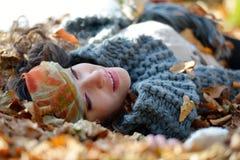 Jeune femme de sourire extérieure en automne Image stock