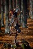 Jeune femme de sourire extérieure en automne Photographie stock