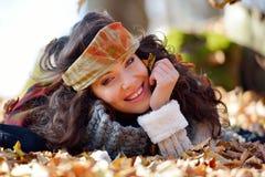 Jeune femme de sourire extérieure en automne Images stock