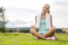 Jeune femme de sourire faisant la pause sur l'herbe Photo libre de droits
