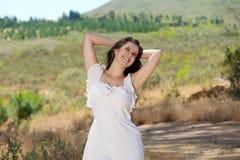 Jeune femme de sourire heureuse appréciant la nature Photo stock