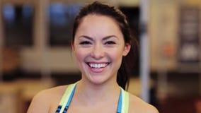 Jeune femme de sourire heureuse au gymnase banque de vidéos