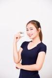 Jeune femme de sourire heureuse avec des cosmétiques photographie stock libre de droits