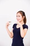 Jeune femme de sourire heureuse avec des cosmétiques images libres de droits