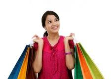 jeune femme de sourire heureuse avec des sacs à provisions photos libres de droits