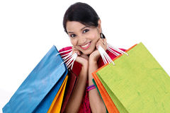 jeune femme de sourire heureuse avec des sacs à provisions photo stock