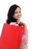 jeune femme de sourire heureuse avec des sacs à provisions images libres de droits