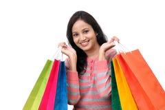 jeune femme de sourire heureuse avec des sacs à provisions image stock