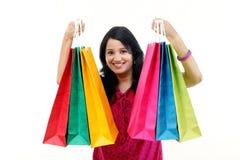 jeune femme de sourire heureuse avec des sacs à provisions photographie stock