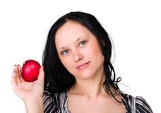 Jeune femme de sourire heureuse avec la pomme d'isolement dessus Image stock