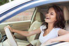 Jeune femme de sourire heureuse conduisant la voiture photos libres de droits