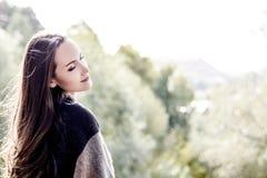 Jeune femme de sourire heureuse marchant en parc d'automne Photos stock