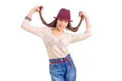 Jeune femme de sourire Longs poils dans des mains Chapeau rouge Photo stock