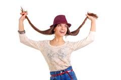 Jeune femme de sourire Longs poils dans des mains Chapeau rouge Image stock