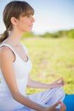 Jeune femme de sourire méditant en position de lotus Images libres de droits