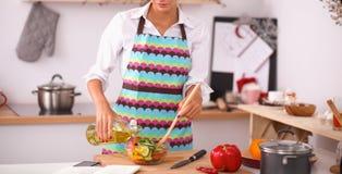 Jeune femme de sourire mélangeant la salade fraîche Image libre de droits