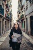 Jeune femme de sourire parlant sur son smartphone sur la rue En communiquant avec des amis, libérez les appels et les messages po photographie stock libre de droits