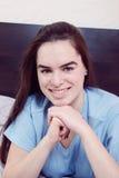 Jeune femme de sourire passionnée se trouvant et posant Images libres de droits