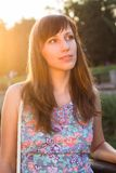 Jeune femme de sourire rêvant au jour d'été ensoleillé Image stock