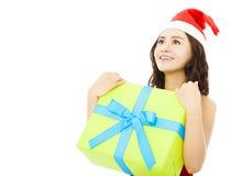 Jeune femme de sourire regardant en avant avec le boîte-cadeau de Noël Photo libre de droits