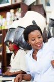 Jeune femme de sourire reposant et regardant sa montre Photo libre de droits