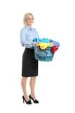 Jeune femme de sourire retenant un panier de blanchisserie photo stock