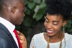 Jeune femme de sourire s'chargeant du son lien du ` s d'ami Images stock
