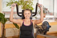 Jeune femme de sourire s'exerçant en gymnastique Images libres de droits