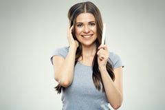 Jeune femme de sourire tenant l'essai enceinte photographie stock